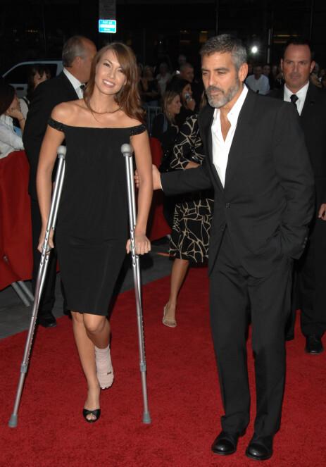 IKKE FØRSTE GANG: Høsten 2007 var George Clooney og hans daværende kjæreste, Sarah Larson, involvert i en motorsykkelulykke. Han skadet et ribbein, mens hun skadet foten. Her på en premiere kort tid etter. Foto: NTB scanpix