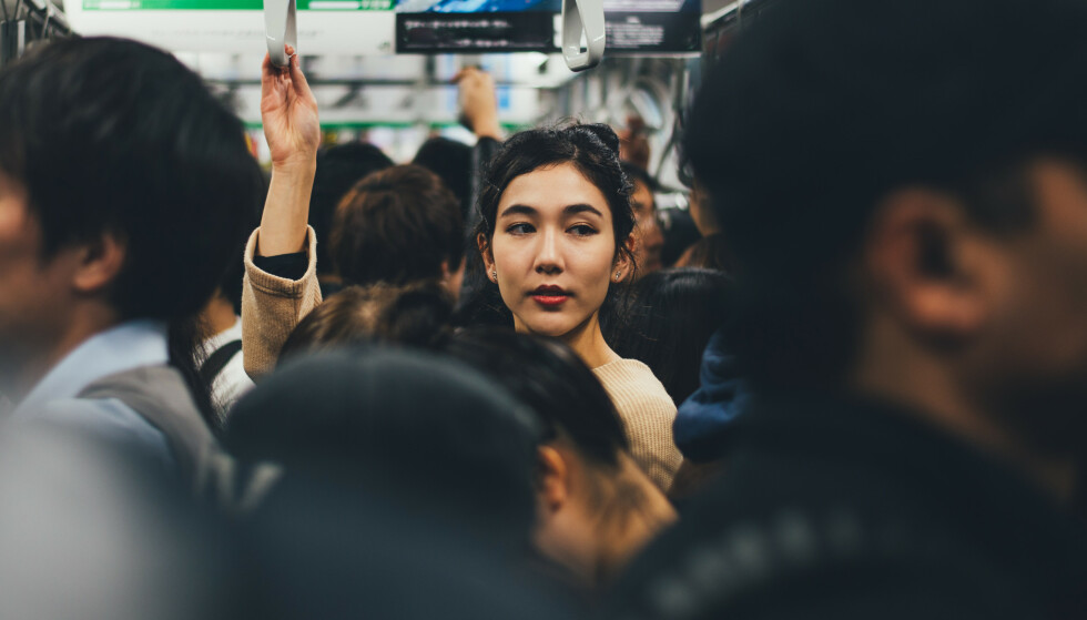 JAPAN: En japansk kvinne på offentlig transport i Japan. Illustrasjonsfoto. Foto: / Shutterstock / NTB scanpix
