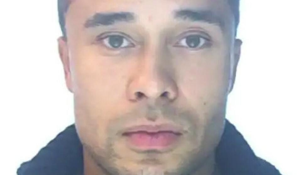 DRAPSDØMT: Svenske Kristofers Kastellanos (26) er dømt til 14 års fengsel for et drap i Tullinge i Stockholm 7. november 2017.  Der skal han ha knivdrept en 34 år gammel mann med en kokkekniv. I juli i fjor rømte han under en fangetransport, og er fortsatt på frifiot. Foto: Politiet