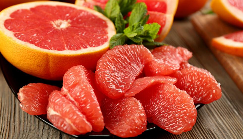 PÅVIRKER: Grapefruktjuice påvirker effekten av omtrent halvparten av legemidlene vi bruker. Du bør lese pakningsvedlegget for medisinen din nøye, råder farmasøyten. Foto: NTB Scanpix