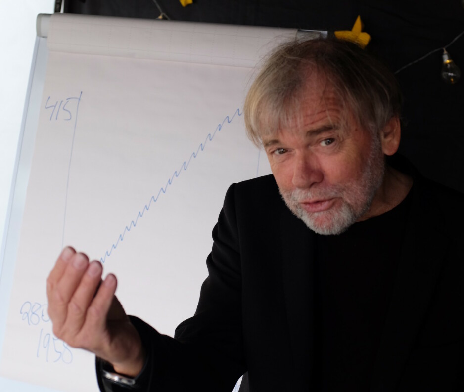 FLAMMENDE: Jostein Gaarder er en oppglødd foreleser. Hans intense og eksplosive stil fikk ungene til å flire mens de lyttet med interesse til forfatterens evne til å framstille vanskelige ting på en anskuelig måte. På Norsk Litteraturfestival har han snakket om klima med mange vinklinger. Foto: Fredrik Wandrup