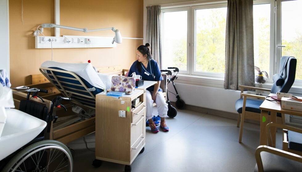 Brenner for jobben: Linn Braadland (37) har viet hele sykepleierkarrieren til geriatrien. Hun gjør det hun kan for at de eldre skal få en så god alderdom som mulig.