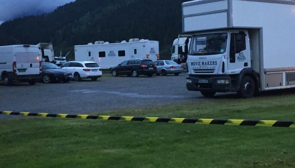 STORT OPPMØTE: Parkeringsplassen utenfor Sagafjord hotell på Sæbø i Ørsta er fylt opp med produksjonstrailere. Foto: Møre / Invild Runde