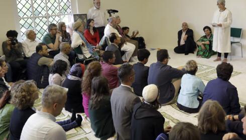 KVINNELIG IMAM: Seyran Ates er grunnlegger a Ibn-Rushd-Goethe-moskeen. Her snakker hun til forsamlingen under åpningen i Berlin i juni 2017. Foto: AP/ NTB scanpix
