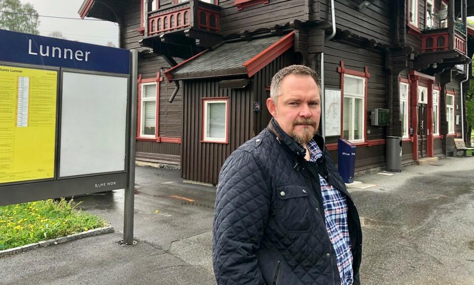 ETTERLYSER YDMYKHET: Magnar Kolstad forteller at han mislikte å bli møtt med en ovenfra og ned-holdning, når NAV i stedet burde vist ydmykhet over flausen sin. Foto: Gunnar Ringheim