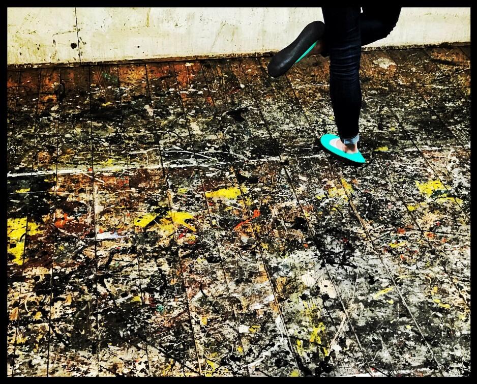 GUL(L)VET: Jackson Pollocks gulv på Long Island en dag i mai. Vi troløse gikk på en hellig grunn. Foto: Tom Stalsberg