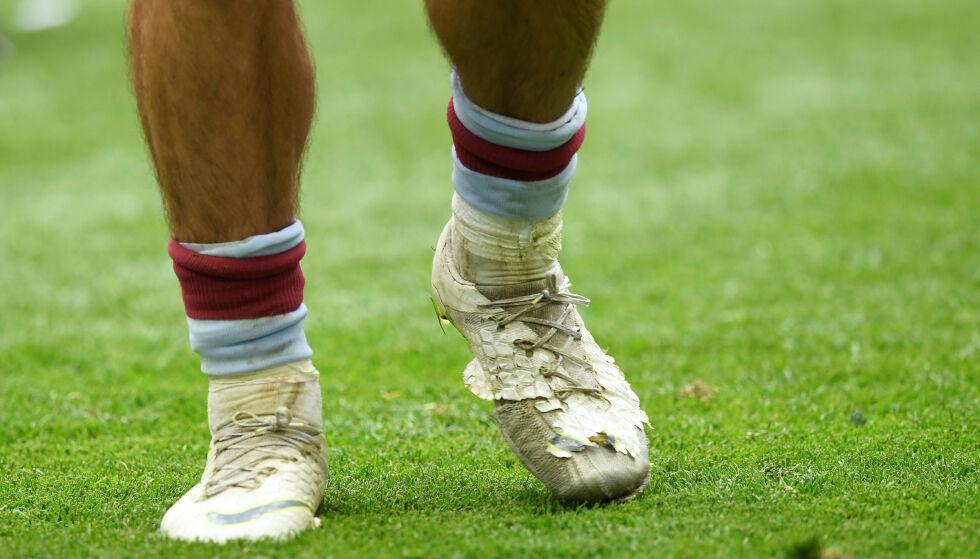 SLITTE SKO: Aston Villas Jack Grealish stilte opp med disse skoene i playoff-finalen. Foto: Reuters/Tony O'Brien/NTB Scanpix