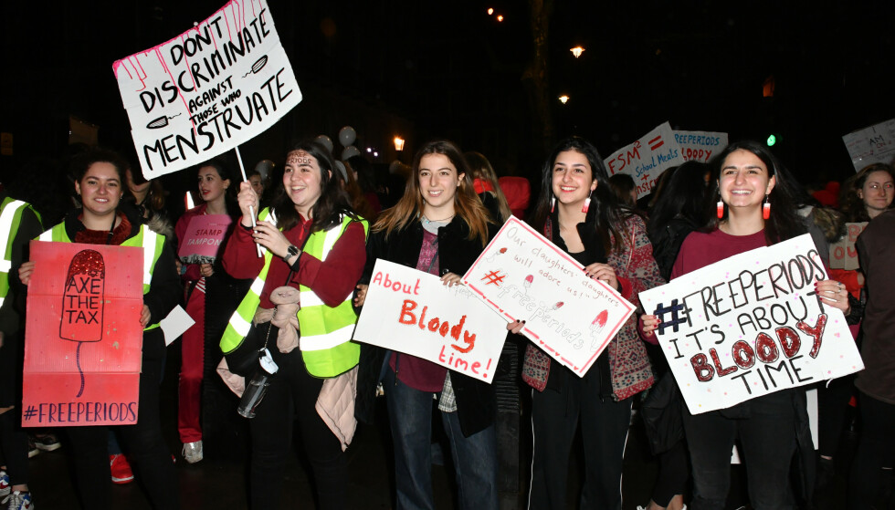 #FreePeriod: Man regner med at 23 millioner jenter i India dropper ut av skolen årlig på grunn av mangel på sanitærprodukter. Av de som bruker tøyfiller som improviserte bind, får mange gjentatte infeksjoner, skriver innsenderen. Bilde fra en protest ved Downing Street i London i desember 2017. Foto: Nils Jorgensen / REX / NTB Scanpix