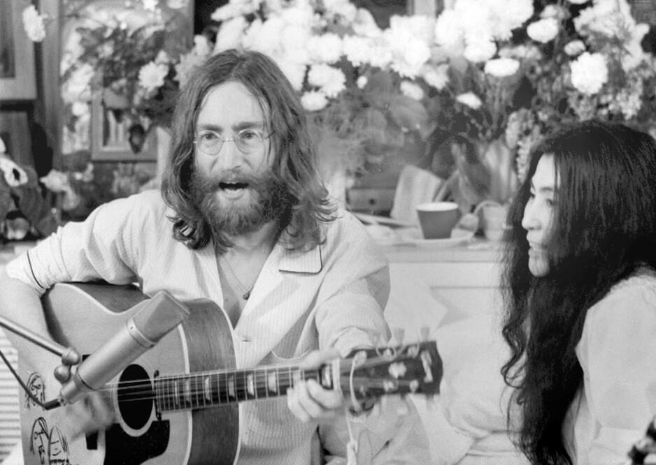 MONTREAL: John Lennon og Yoko Ono skapte uttrykket bed-in etter at de giftet seg for 50 år siden. En horisontal støtte til verdensfreden, med åpent hus og full pressedekning. «Give Peace A Chance» ble til under seansen. Året etter ble Louis Armstrongs versjon hans siste singelutgivelse. Den første håndskrevne utgaven av teksten ble i 2008 solgt på auksjon for 833 654 pund. Foto: NTB Scanpix