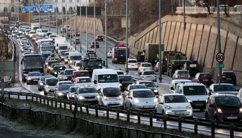 TRANGT: I 2018 var det 2.750.000 registrerte personbiler i Norge. Ifølge Oslo kommunes nettside om bil- og kollektivtrafikk, passerte i 2017 mer enn 240.000 biler gjennom bomringen inn mot Oslo daglig. Bilde fra morgenrushet inn mot Oslo på E-18 fra Sandvika. Foto: Lise Åserud / NTB scanpix