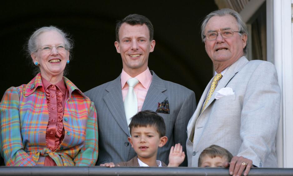 MISTET FAREN: Prins Joachim (i midten) fyller 50 år neste uke, og i den anledning har han stilt opp i et stort intervju med det danske ukebladet Alt for Damerne. Der snakker han blant annet om forholdet han hadde til sin nå avdøde far, prins Henrik (t.h). Her med sønnene Nikolai og Felix, samt foreldrene dronning Margrethe og prins Henrik i 2007. Foto: NTB Scanpix