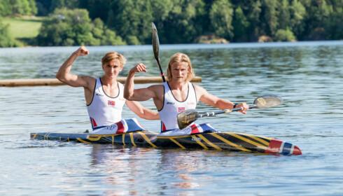 HÅND I HÅND OVER MÅL: Amund Vold (21) og Eivind Vold (25) passerte målstreken helt likt på K1 5000 meter - da Norge vant første verdenscupseier siden Eirik Verås Larsen i 2009. Foto: NTB Scanpix