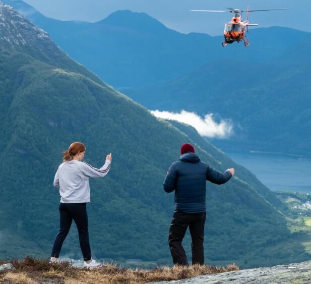 INSTRUERING: Mens helikopteret svever planlegger innspillingsleder og standin neste joggerute. Foto: Svein Ivarsen / Relevant Film