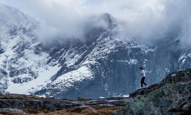 NATURSCENER: Stuntkvinnen «C.C. Ice» ble filmet fra helikopter mens hun jogget på Litjfjellet i Rauma. Foto: Svein Ivarsen / Relevant Film