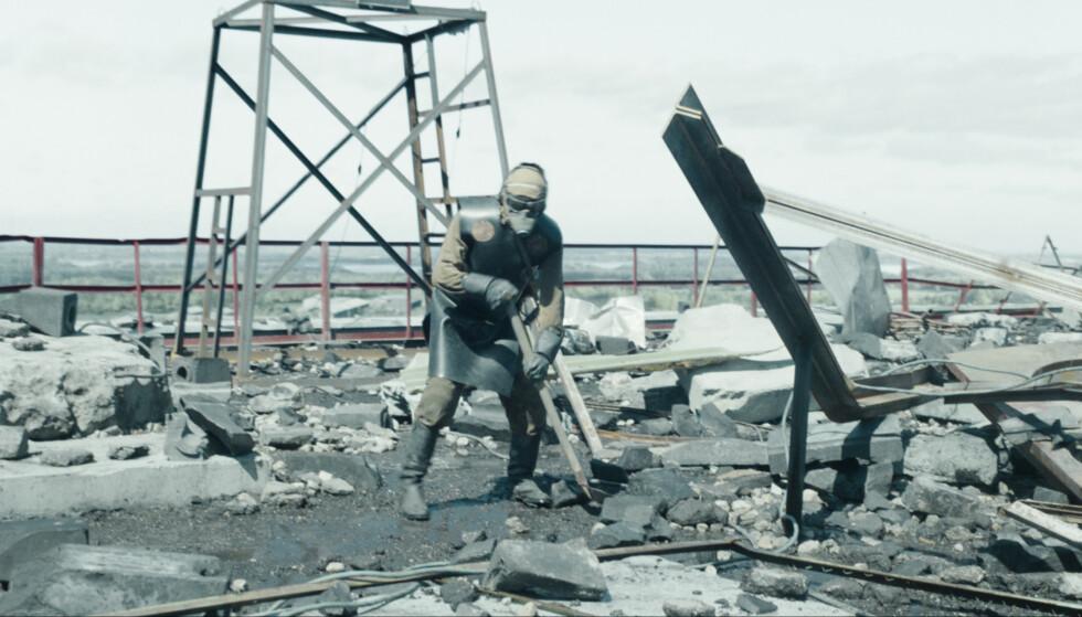 BIOROBOTER: «Bioroboter» kalles menneskene i serien som ble brukt til å rydde ekstremt radioaktivt materiale fra taket på reaktorbygget. «Liquidators» ble menneskene som i virkeligheten ryddet opp etter katastrofen kalt. Foto: HBO Nordic