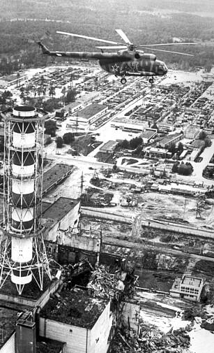 REAKTOR FIRE: Reaktor fire ved Tsjernobyl lå helt eksponert etter eksplosjonen og den påfølgende brannen. Helikoptere kastet sand, bly leire og bor på den brennende grafitten. Foto: Novosti