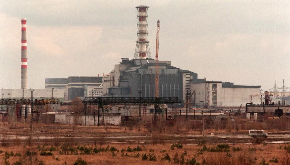ETTER TI ÅR: Slik så reaktoren ut etter ti år, innpakket i en sarkofag for å hindre radioaktivt utslipp. I dag er det bygget nok et beskyttende stålkuppel på utsida av denne konstruksjonen. Foto: NTB Scanpix