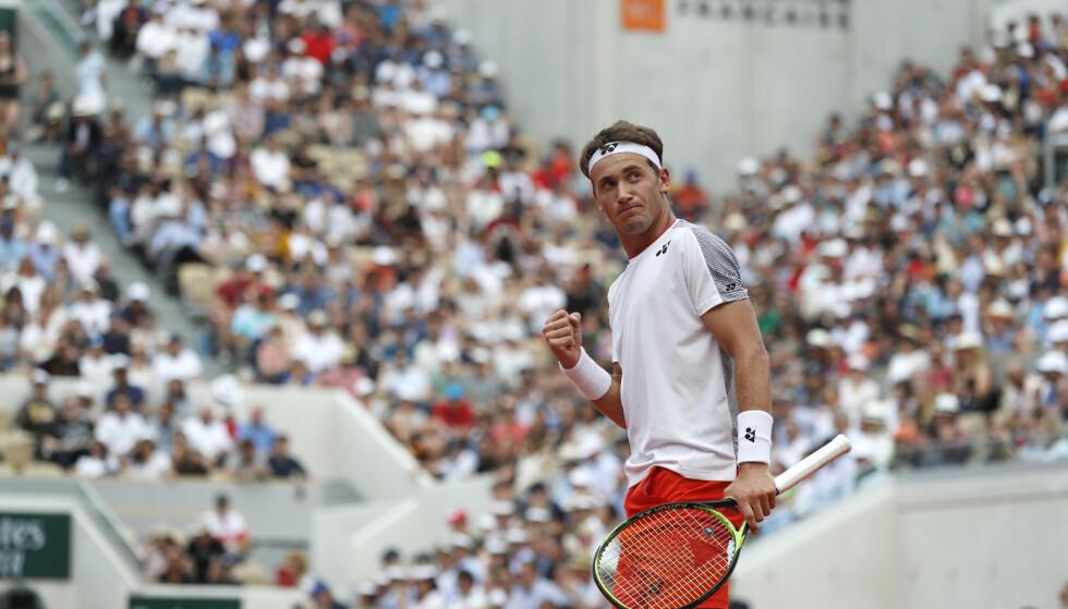 MYE Å VÆRE STOLT AV: Casper Ruud fikk en leksjon av Roger Federer. I to sett. Så reiste han seg og tok sveitseren med 20 Grand Slam titler til 6-6 og tie break i det tredje settet. Ja, det bar brutalt i perioder, men Casper Ruud gjorde seg ikke bort. Og læringen han tar med seg er den beste kan kunne få. Foto: Pavel Golovkin/AP