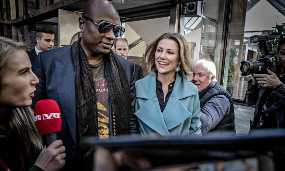 FÅR PRINSESSE-STØTTE: Prinsesse Märtha Louises har ikke lyst til å gi opp prinsesse-tittelen. Nå får hun støtte av folket. Her sammen med kjæresten Durek Verrett (44). Foto: Bjørn Langsem