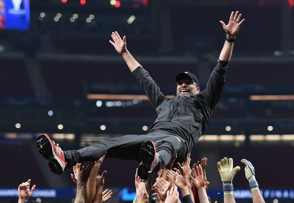 HYLLET: Jürgen Klopp hylles av spillerne etter bragden. Foto: Paul ELLIS / AFP / NTB Scanpix