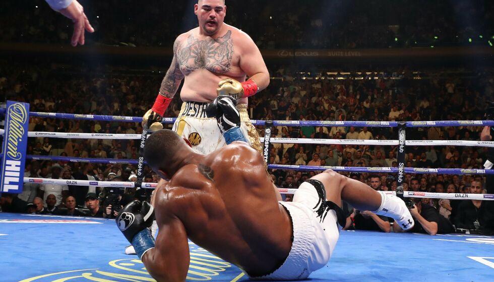 STOR TRIUMF: Andy Ruiz slo ned Anthony Joshua to ganger i den tredje runden i tittelkampen i tungvekt lørdag. Amerikaneren vant kampen på teknisk knockout i sjuende runde. Foto: AP Photo / Frank Franklin II / NTB scanpix.
