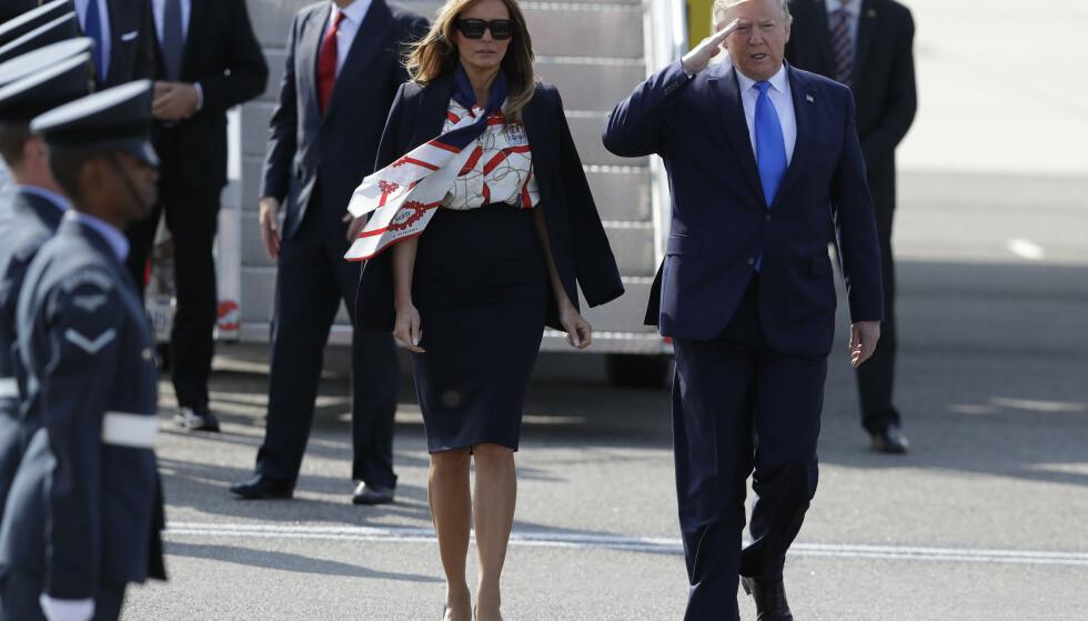 STANSTED: President Donald Trump sammen med Melania etter at han har steget ut av presidentflyet Air Force One på Stansted flyplass. Foto: Kirsty Wigglesworth / AP / NTB scanpix