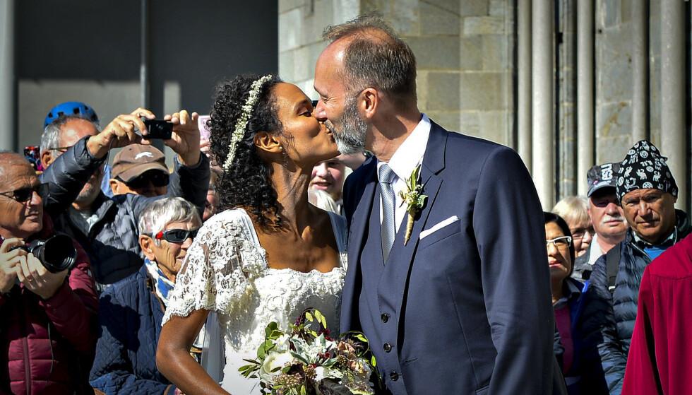 JA!: Haddy Njie og Trond Giskes første offentlig kyss etter vielsen. Kort tid før har brudeparet sunget «You'll Never Walk Alone» for full hals inne i kirka. Foto: Ned Alley / NTB Scanpix