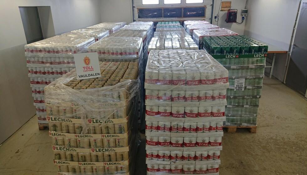 ÅRETS STØRSTE: Tollere i Trøndelag beslagla 15.444 liter øl i mai. Sjåføren har erkjent dokumentfalsk, men sier han ikke ante hva han hadde i lastebilen. Foto: Tolletaten