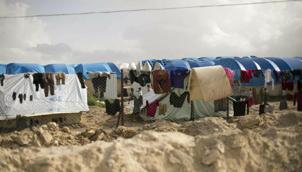 FUNNET HER: Kvinnene ble funnet her i Al-Hol nordøst i Syria. Foto: AP / NTB scanpix