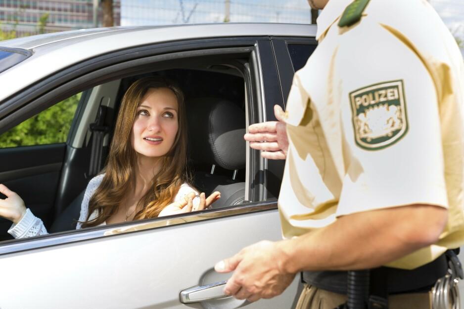 BOT FOR Å STOPPE: Politiet på Autobahn er veldig strenge. Du får bot for å kjøre tom for drivstoff. Det er også strengt forbudt å kjøre med vinterdekk om sommeren, også piggfrie vinterdekk. Foto: Shutterstock / NTB Scanpix