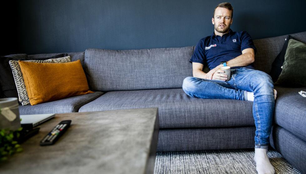KRITISK: Sjur Røthe liker ikke Tour de Ski-endringene. Her hjemme i leiligheten på Årvoll i Oslo, hvor han så Casper Ruuds kamp mot Roger Federer sammen med Dagbladet. Foto: Christian Roth Christensen / Dagbladet