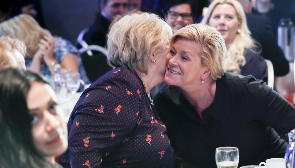 I klem: Siv Jensen fyller 50 år og får en klem av statsminister Erna Solberg. Begge sitter i bompenge-klemma for tida. Foto: Vidar Ruud / NTB scanpix