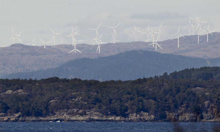 NY POLITIKK: Konfliktsakene i klimapolitikken begynner å komme nært inn i livene våre, skriver innsenderen som mener vi må omsette frustrasjonen og engasjementet i ny politikk, for at det grønne skiftet skal skje på en rettferdig måte. Her er vindturbiner i Midtfjellet vindpark i Fitjar kommune. Foto: NTB scanpix