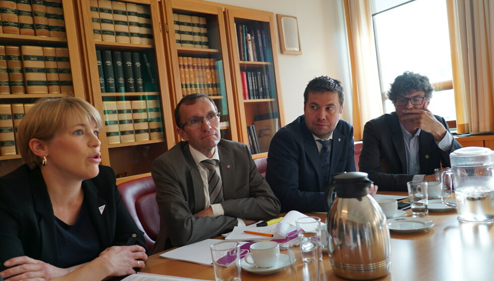 FELLES POLITIKK: Kari Elisabeth Kaski (SV), Espen Barth Eide (Ap), Geir Pollestad (Sp) og Per Espen Stoknes (MDG) la i går fram et felles dokument. Foto: Agenda