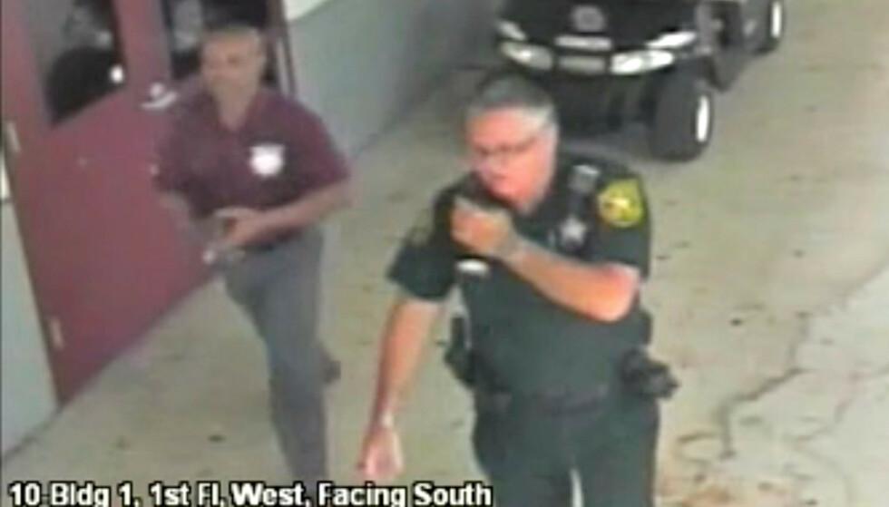 PÅGREPET: Denne politimannen holdt seg unna skolebygningen i Parkland i Florida mens USAs verste skolemassakre foregikk innendørs. Nå er han pågrepet. Foto: Reuters / NTB Scanpix