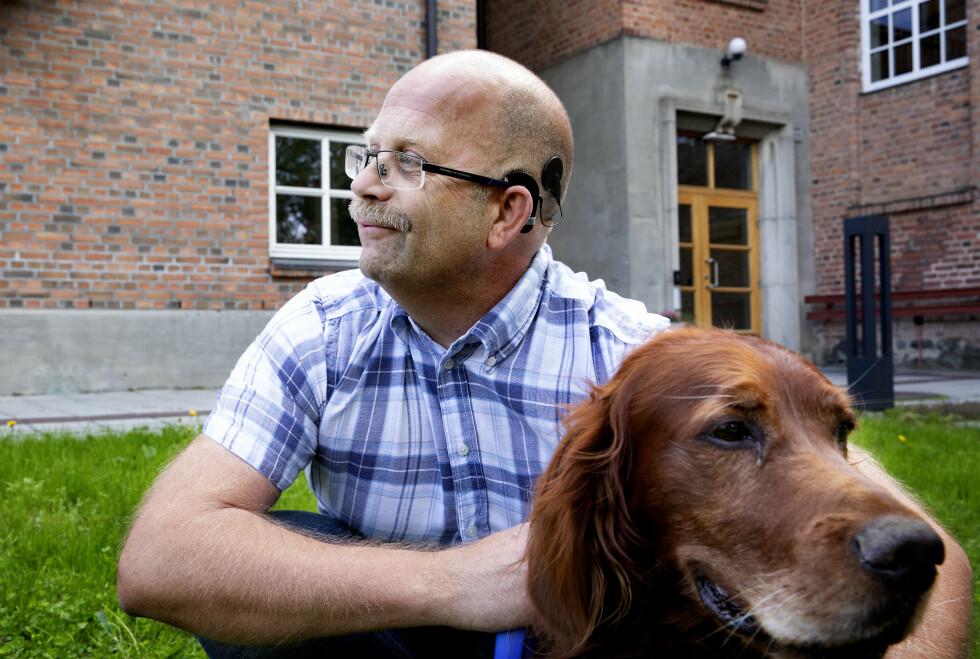 BLE KVITT TINNITUS: Svein Erik Vangen tok med seg hunden «Boy» på tur for å bli kvitt frustrasjon med tinnitus før han tok operasjon. Foto: Kristin Svorte