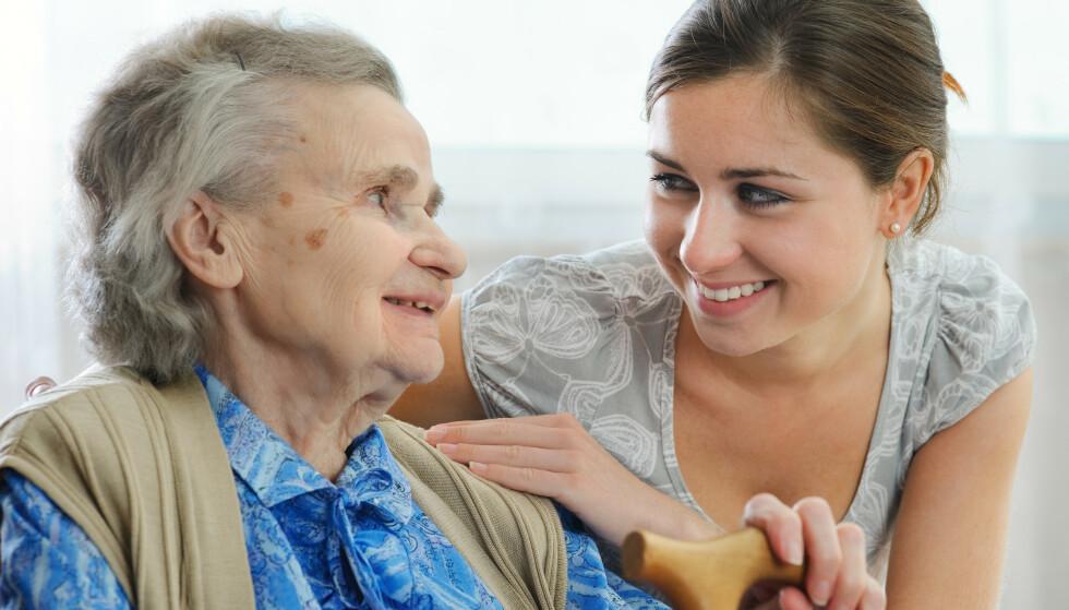 DØTRENE STILLER OPP: Bare halvparten av pårørende til eldre er i full jobb, viste en undersøkelse gjennomført av Pårørendealliansen. Foto: Shutterstock.