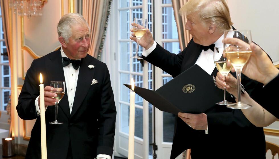 SKÅLER: Donald Trump og prins Charles skåler under en middag i forbindelse med statsbesøket til Storbritannia denne uka. Foto: AP / NTB Scanpix