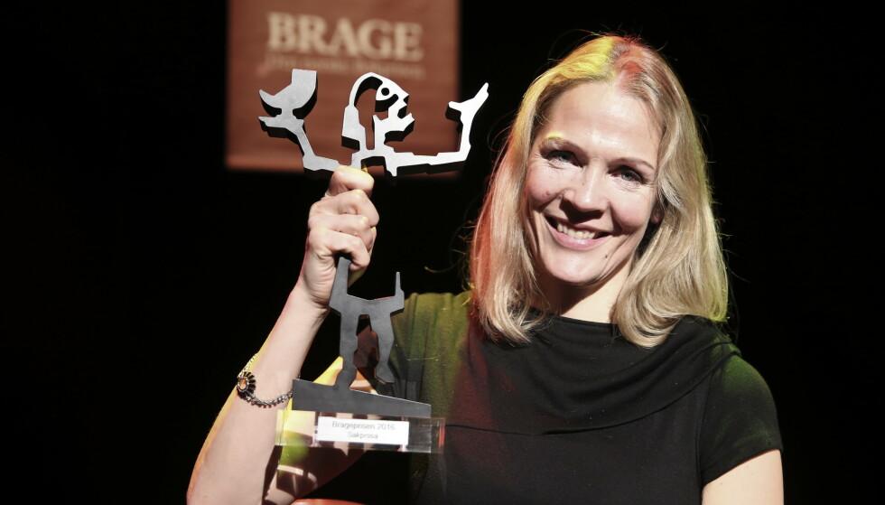 PRISVINNER: Åsne Seierstad mottok Brageprisen i kategorien sakprosa for «To søstre» i 2016. Nå kan hun bli saksøkt. Foto: Vidar Ruud / NTB scanpix