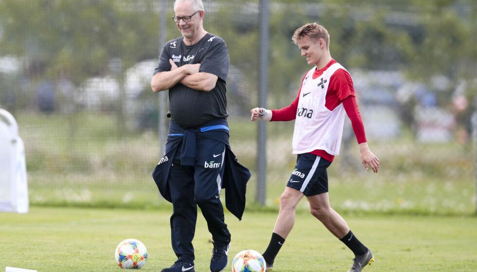 FÅR STØTTE: Martin Ødegaard og Lars Lagerbäck under fotballandslagets trening på Lillestrøm treningsfelt før kampene mot Romania og Færøyene. Foto: Lise Åserud / NTB scanpix