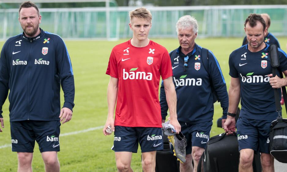 HEFTIG DØGN: Martin Ødegaard hadde bokstavelig talt støtteapparatet i ryggen da han forlot treninga i går. I kveld venter Romania i EM-kvalifiseringen. Foto: Lise Åserud / NTB scanpix