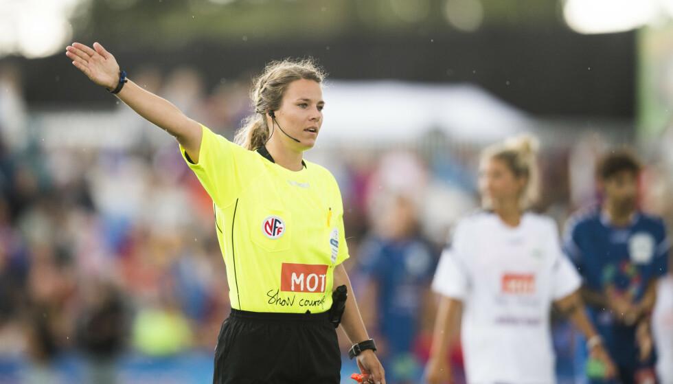 IKKE I VM: Emilie Dokset regnes blant de beste norske dommerne, men er ikke tatt med i VM. Hun dømte blant annet cupfinalen i fjor. Her under kjendiskampen på Norway Cup i 2017. Foto: NTB Scanpix
