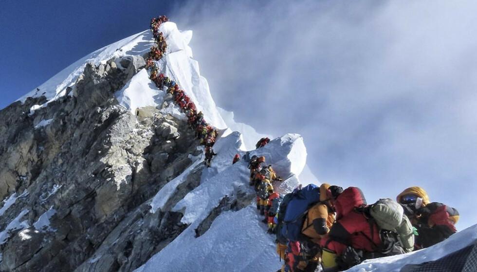 «DØDSKØ»: 41 grupper med til sammen 378 klatrere fra hele verden har fått tillatelse til å bestige verdens høyeste fjell i år. Dette har resultert i enorme køer, som dette bildet fra onsdag viser, og for noen har det endt med døden. Foto: Project Possible / AFP / NTB Scanpix