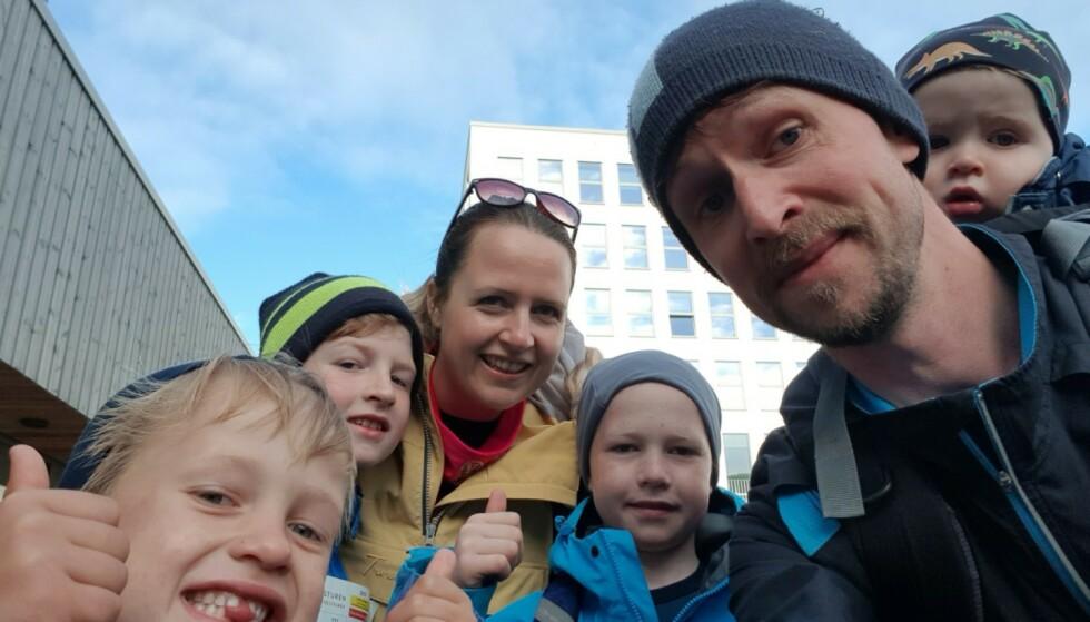 FEM AV SEKS: Georg (6), Sakarias (11), mamma Birthe, Hector (10), pappa Sjur og Konrad (1). Hector er den eneste som ikke har blitt syk. Foto: Privat