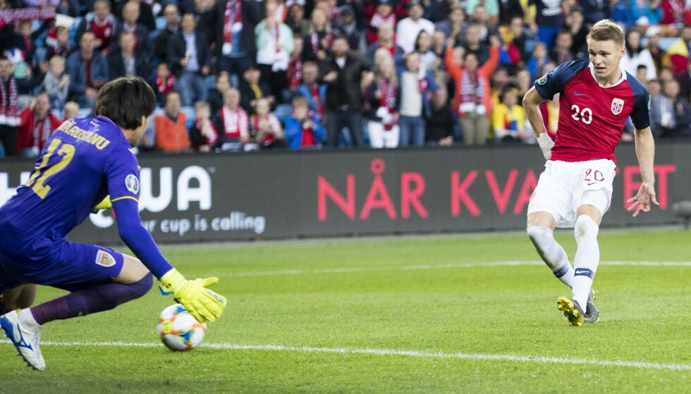 ÅPNER LANDSLAGSKONTOEN: Martin Ødegaard ga Norge 2-0 med sitt første mål for Norge. Alt det andre han gjorde forteller at det er det første av mange. Endelig er taltentet vi har ventet på blitt voksen. Mot Romania var han Norges beste spiller. Men denne kvelden hjalp ikke det, så lenge 2-0 ble 2-2. Norge raknet igjen. For andre gang på to kamper. Foto: Terje Pedersen / NTB scanpix