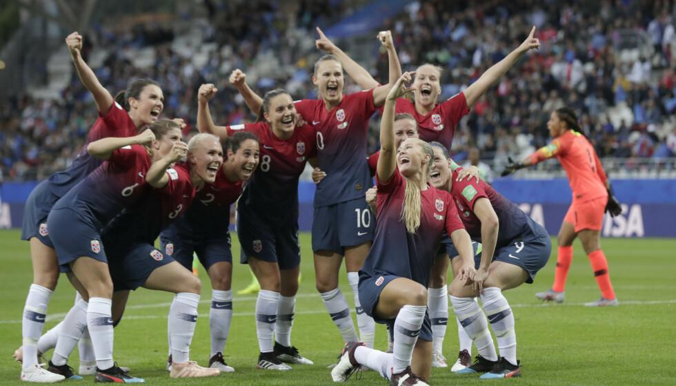 SELFIE: Lisa-Marie Karlseng Utland scoret Norges andre mål mot Nigeria og feiret med en fiktiv selfie. Foto: Stian Lysberg Solum/NTB Scanpix