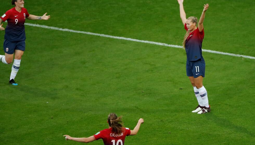 JUBLET: Isabell Herlovsen og Caroline Graham Hansen skal til å omfavne Lisa-Marie Karlseng Utland etter sistnevntes scoring mot Nigeria. Foto: Stian Lysberg Solum/NTB Scanpix