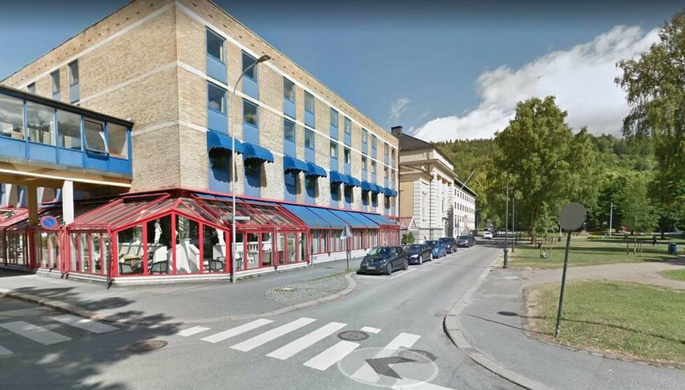 UTENFOR TIDLIGERE HOTELL: Voldsepisoden skjedde på Gamle Kirkeplass, utenfor nå nedlagte Park hotell på Bragernes. Foto: Google Street View