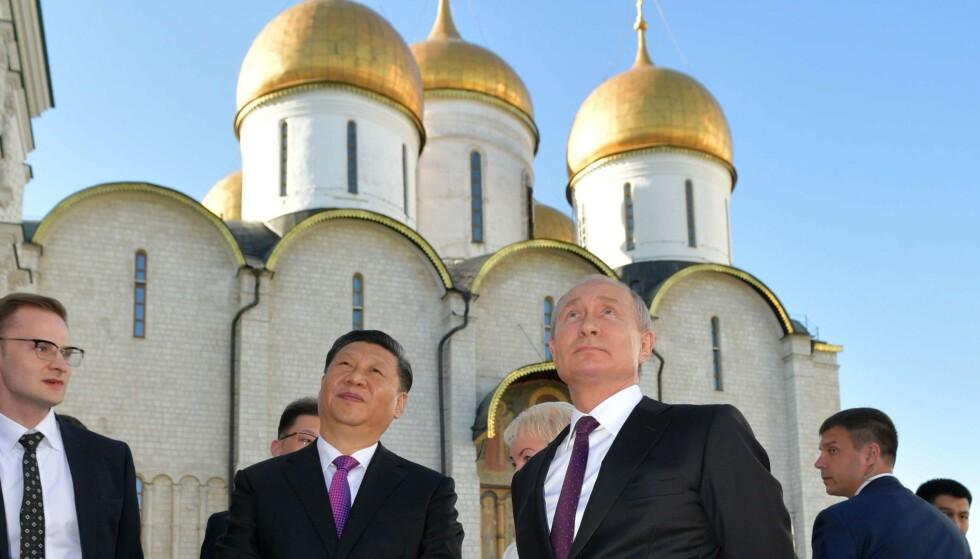 MOT EN HØYERE HIMMEL?: Kinas president Xi Jinping sammen med Russlands president Vladimir Putin i Kreml i Moskva. Foto: AFP / NTB Scanpix