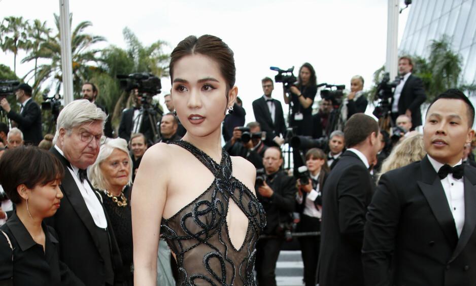 VÅGAL KJOLE: Den vietnamesiske modellen Ngoc Trinh (29) dukket opp med en kjole som hadde overlatt lite til fantasien. Nå risikerer hun bøter. Foto: NTB Scanpix